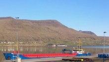 Oljeleting starter igjen ved Færøyene i sommer. Denne båten er i oljehavnen i Runavík med utstyr til letingen. Foto: Kári P. Højgaard
