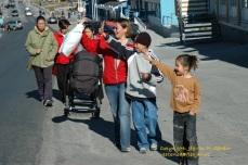 Mor og barn oppdager noen de kjenner på andre siden av veien - down town Nuuk. Foto: Jógvan H. Gardar